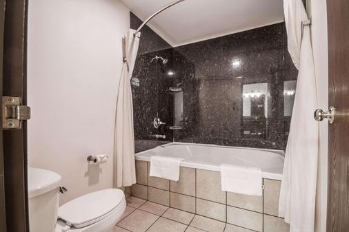 Comfort Suites Appleton Airport - Appleton - Bathroom