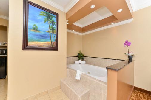 Rodeway Inn San Diego Near Qualcomm Stadium - San Diego - Bathroom