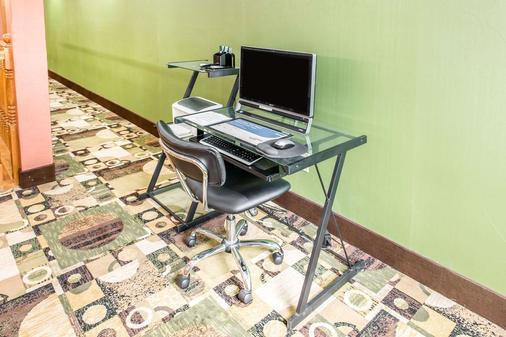 Quality Inn & Suites Columbus - Columbus - Business centre