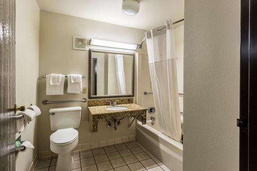 Quality Inn - Tupelo - Bathroom