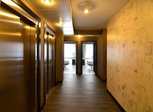 Parallel - Barcelona - Hallway
