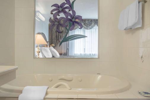 Rodeway Inn Fallsview - Niagara Falls - Bathroom