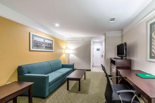 Quality Inn & Suites SeaWorld North - San Antonio - Living room