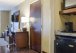 Comfort Suites - Minot - Bedroom