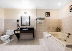 Quality Inn - Niagara Falls - Bedroom