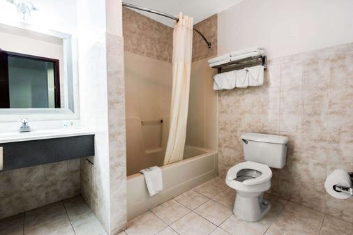 Quality Inn - Niagara Falls - Bathroom