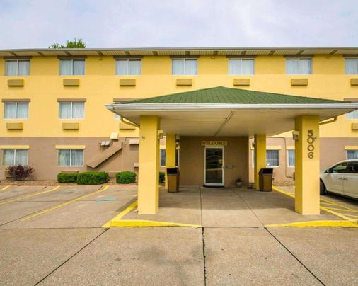 Quality Inn East - Evansville - Building