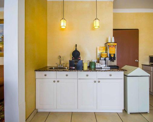 Quality Inn East - Evansville - Kitchen