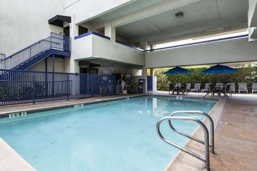Quality Inn & Suites Los Angeles Airport - LAX - Inglewood - Pool