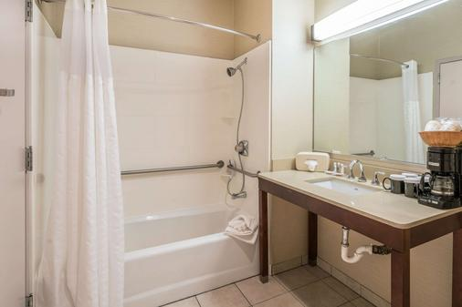 Comfort Inn & Suites - Seattle - Bathroom