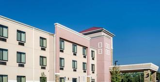Comfort Suites - Topeka - Building