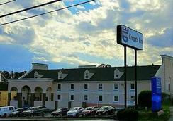 Knights Inn & Suites Near University of Richmond - Richmond - Building