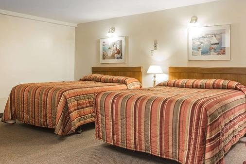 Econo Lodge Inn & Suites - Saint John - Bedroom