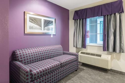 Econo Lodge Inn & Suites North Little Rock near Riverfront - North Little Rock - Living room