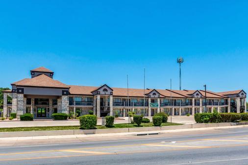 Quality Inn I-10 East Near Att Center - San Antonio - Building