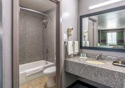 Quality Inn I-10 East Near Att Center - San Antonio - Bedroom