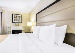 Quality Inn Airport West - Mississauga - Bedroom