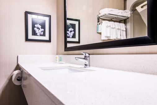 Quality Inn Airport West - Mississauga - Bathroom