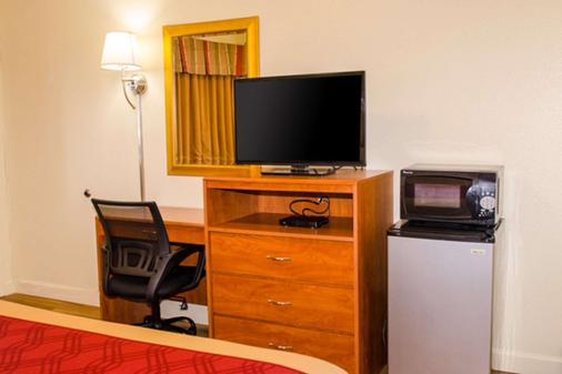 Econo Lodge East - Albuquerque - Living room