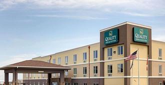 Quality Inn & Suites - Minot - Building