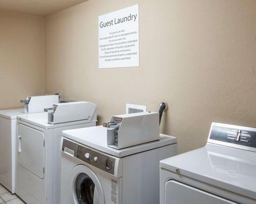 Quality Inn Tulsa-Downtown West - Tulsa - Laundry facility
