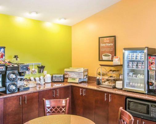 Econo Lodge Inn & Suites - Eau Claire - Kitchen