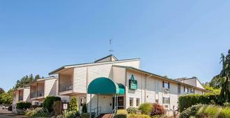 Quality Inn & Suites - Vancouver - Building