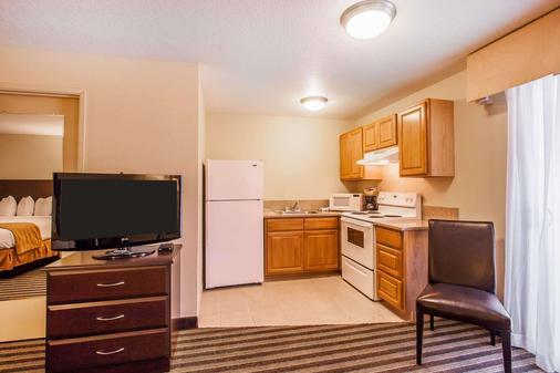 Quality Inn & Suites - Vancouver - Kitchen