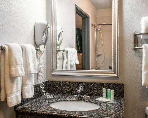 Comfort Suites Airport - Nashville - Bathroom