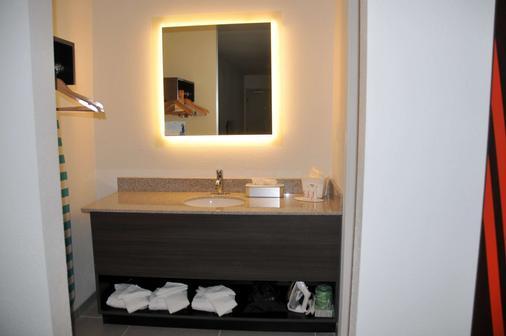 Howard Johnson by Wyndham Florence - Florence - Bathroom
