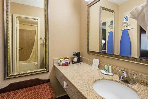 Quality Inn and Suites Haywood Mall Area - Greenville - Bathroom
