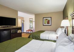 Quality Inn and Suites Haywood Mall Area - Greenville - Bedroom