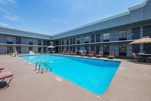 Quality Inn and Suites Haywood Mall Area - Greenville - Pool