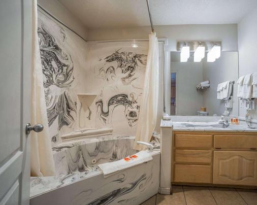 Econo Lodge - Saint George - Bathroom