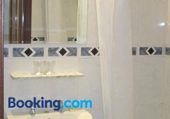 Hostal Gonzalo - Madrid - Bathroom