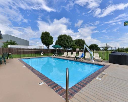 Quality Inn and Suites Wichita Falls I-44 - Wichita Falls - Pool