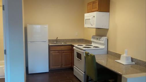 Surf City Inn & Suites - Santa Cruz - Kitchen