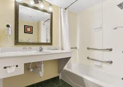 Wingate by Wyndham Raleigh North - Raleigh - Bathroom
