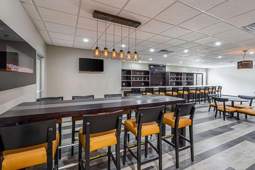 Clarion Inn and Suites near Downtown - Knoxville - Bar