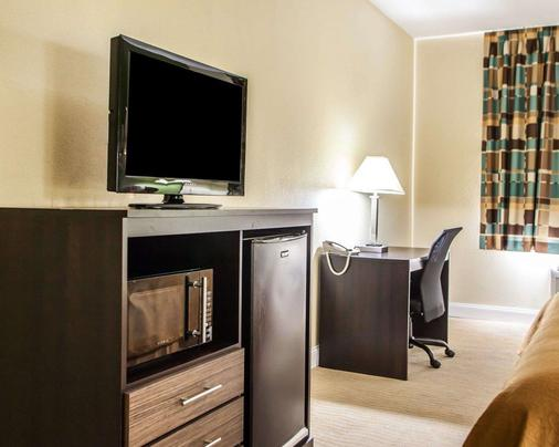 Quality Inn & Suites - Champaign - Living room