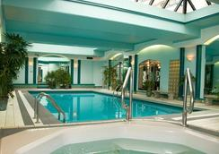 Chateau Victoria Hotel and Suites - Victoria - Pool