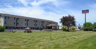 Countryside Inn & Suites - Council Bluffs - Building
