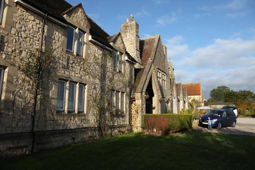 The Schoolhouse Hotel - Swindon - Building