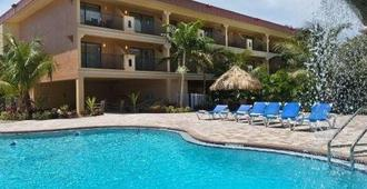 Coconut Cove All-Suite Hotel - Clearwater Beach - Building