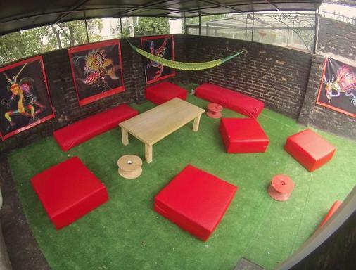 Roomies Hostel - Mexico City - Balcony