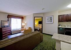 Country Inn & Suites Cedar Rapids North, IA - Cedar Rapids - Bedroom