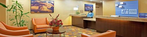 Holiday Inn Express & Suites Phoenix/Chandler (Ahwatukee) - Phoenix - Front desk