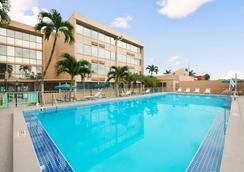 Days Inn by Wyndham Miami International Airport - Miami - Pool