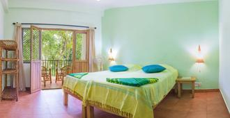 Chrissies Hotel - Thekkady - Bedroom