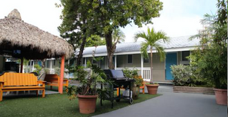 Seashell Motel and International Hostel - Key West - Building